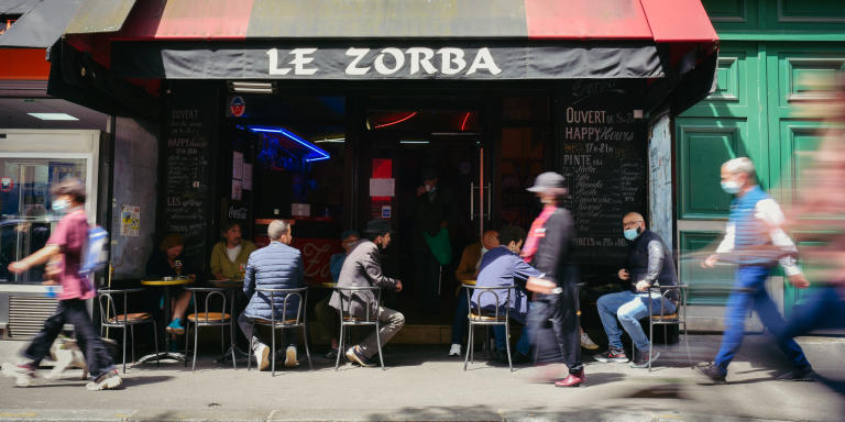 Devanture du Zorba, où des habitués sont attablés sur la terrasse donnant sur la rue, dans le quartier de Belleville (Paris, France), le 28 mai 2021.