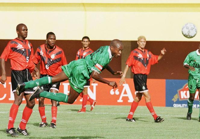 L'attaquant zambienKalusha Bwalya lors d'un match Zambie-Mozambique au Burkina, en février 1998.