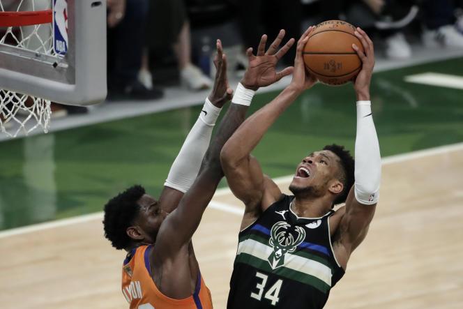 L'ailier des Milwaukee BucksGiannis Antetokounmpo à la lutte contre Deandre Ayton des Phoenix Suns lors de la finale NBA, le 20 juillet 2021, à Milwaukee.