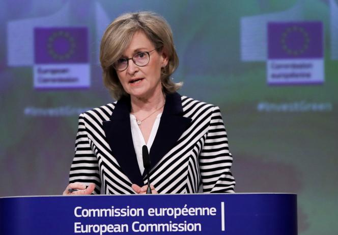 La Commissaire européenne chargée des services financiers, de la stabilité financière et de l'Union des marchés de capitaux, Mairead McGuinness, lors d'une conférence de presse à Bruxelles, le 21 avril 2021.