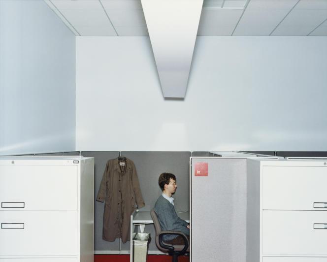 Les espaces de travail collaboratifs gagnent du terrain sur les postes de travail individuels. Photo issue de la série« Office», de Lars Tunbjörk.