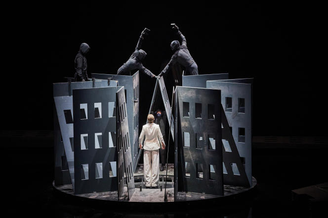 Phia Ménard et sa tour de Babel en construction dans « La Trilogie des contes immoraux (pour Europe) », à l'opéra Confluence d'Avignon.