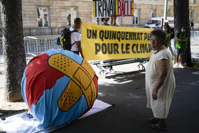 Des militants pour le climat assistent à une manifestation à Paris, le 20 juillet 2021.