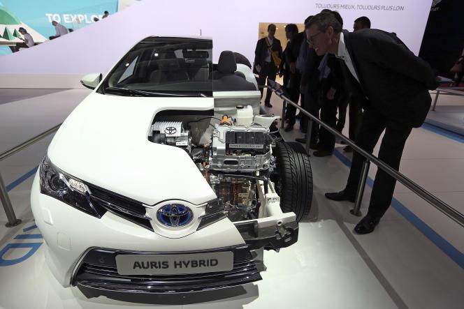 Modèle réduit d'une automobile Toyota Auris Hybride, lors du Mondial de l'automobile de Paris, le 28 septembre 2012.