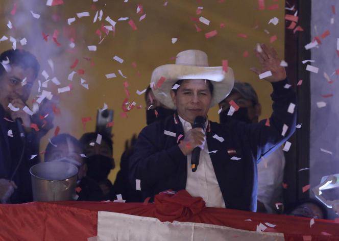 Pedro Castillo salue ses partisans après que les autorités électorales l'ont déclaré éluprésidentlors des célébrations au siège de campagne de son parti, à Lima, au Pérou, le 19 juillet 2021.
