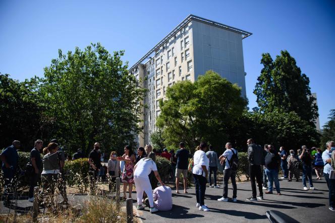 A proximité de l'immeuble incendié de la cité des Flamants, à Marseille, le 17 juillet.