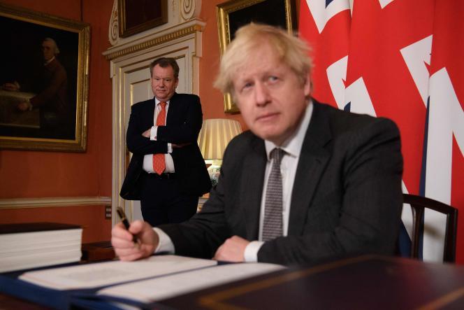Le premier ministre britannique, Boris Johnson, signe le traité nord-irlandais, le 30décembre 2020, à Londres.