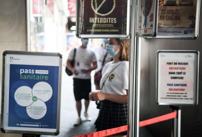 Un contrôle de passe sanitaire au cinéma le Grand Rex à Paris, le 21 juillet 2021.