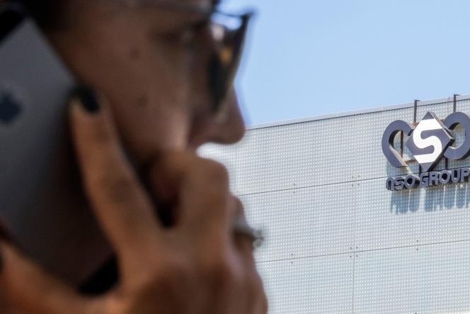 Une femme tient un iPhone devant l'immeuble du groupe israélien NSO, le 28 août 2016.