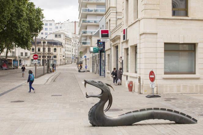 Un dragon de bronze dans le centre-ville de Niort, le 12 juillet 2021.