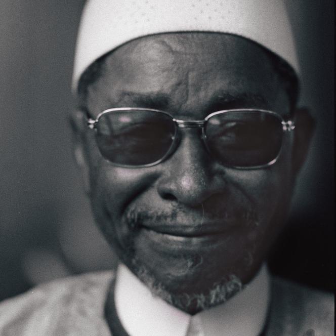 Portrait de l'écrivain malien Amadou Hampâté Bâ (1901-1991) pris à Paris, le 12 avril 1975, lors de la remise du prix littéraire d'Afrique noire, pour son livre