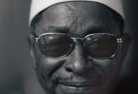 """Portrait de l'écrivain malien Amadou Hampâté Bâ (1901-1991) pris à Paris, le 12 avril 1975, lors de la remise du prix littéraire d'Afrique Noire, pour son livre """"l'Etrange destin de Wangrin"""". Il a été ambassadeur du Mali en Côte d'Ivoire de 1962 à 1966. (Photo by AFP)"""