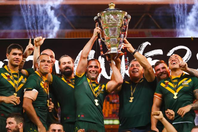 Les Australiens au moment de soulever le trophée de la dernière Coupe du monde de rugby à XIII, à Brisbane (Australie), le 2 décembre 2017.
