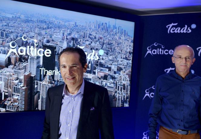 Le fondateur d'Altice Patrick Drahi (à gauche) et Pierre Chappaz, co-fondateur de Teads, lors d'une conférence de presse le 21 mars 2017 à Paris.
