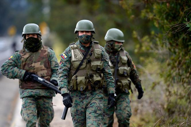 Des soldats équatoriens près d'une prison dans la province de Cotopaxi (centre), jeudi 22 juillet 2021.