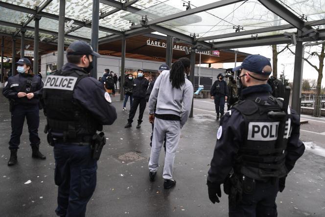 Des officiers de police contrôlent un homme à la gare de Garges-Sarcelles (Val-d'Oise), le 3 février 2021.