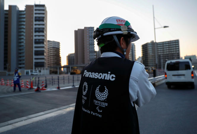 La prise de distance du monde des affaires nippon traduit un embarras certain à l'égard d'un événement dont, aujourd'hui, une majorité de Japonais ne veut pas.