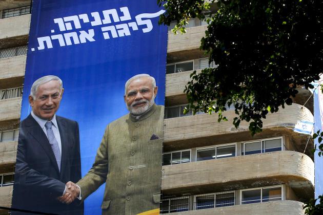 L'ex-premier ministre israélien Benyamin Nétanyahouet le premier ministre indien, Narendra Modi, sur une affiche de campagne du Likoud, le parti de M. Nétanyahou, à Tel Aviv, le 28 juillet 2019.