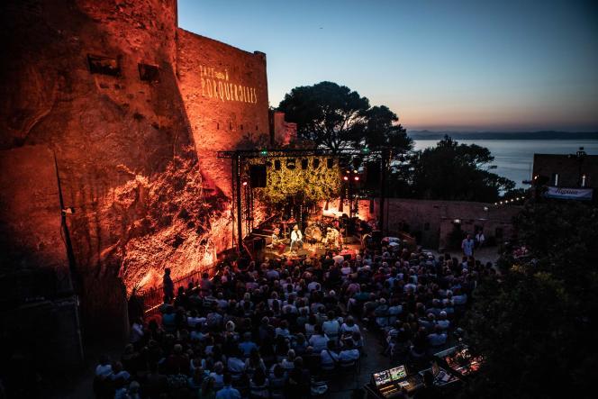 La petite scène du festival Jazz à Porquerolles, installée devant le mur d'enceinte du fort Sainte-Agathe (Var),le 10 juillet 2019.