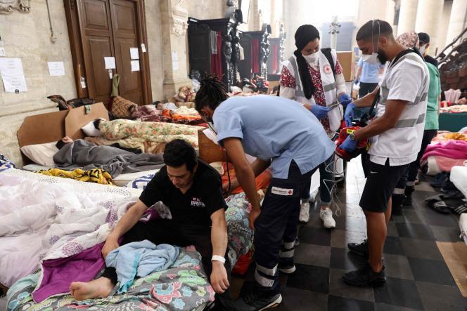 Des médecins s'occupent de sans-papiers en grève de la faim dans l'église Saint-Jean-Baptiste-au-Béguinage, à Bruxelles, le 19 juillet 2021.