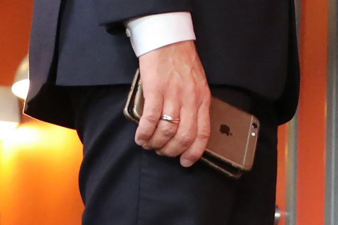 Emmanuel Macron et ses deux téléphones, en novembre 2017, durant un sommet européen en Suède.