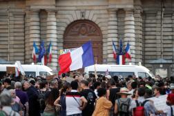 Manifestation contre le passe sanitaire devant le Sénat, à Paris, le 22 juillet 2021.