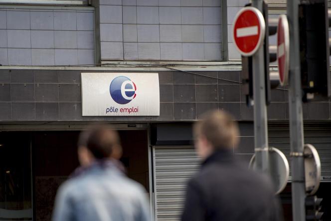 Devant une agence de Pole Emploi, en avril 2015 à Lille.