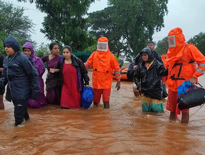 Intervención de ayuda humanitaria india en Chikhali, estado de Maharashtra, el 23 de julio.