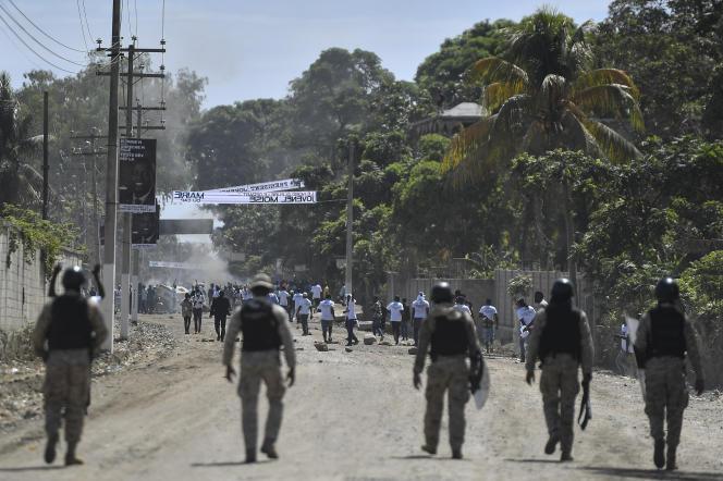Des partisans de Jovenel Moïse sont empêchés d'assister aux funérailles par les forces de l'ordre à Cap-Haïtien, le 23 juillet 2021.