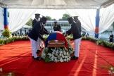 Le drapeau national est placé sur le cercueil de Jovenel Moise, lors des funérailles nationales duprésident haïtien, le 23 juillet 2021.