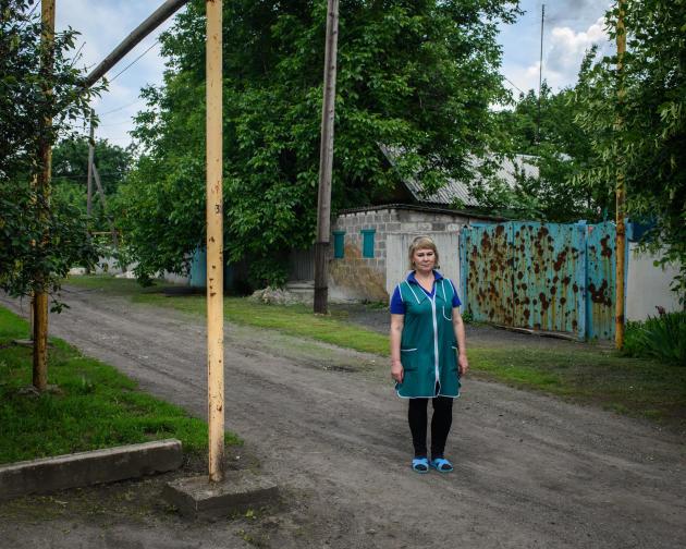 Maya Bikhovaya, 48 ans, est vendeuse dans une petite boutique d'alimentation dans le village de Zaïtsevo, dans la région du Donbass, en Ukraine. Sa belle-mère a été tué en 2020 par un éclat d'obus dans son jardin. Ici, le 7 juin 2021.