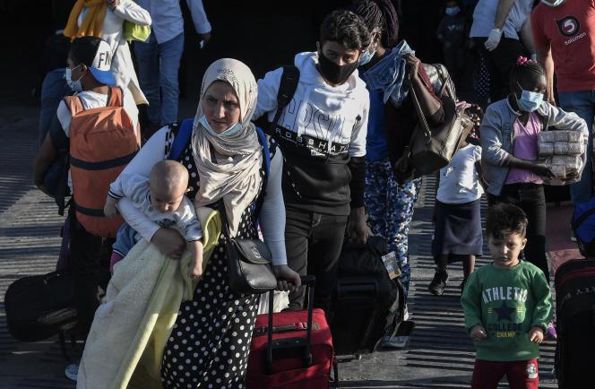 Des réfugiés en provenance des îles de Lesbos, Chios, Samos, Kos et Leros arrivent au port de Lavrio, le 29 septembre 2020.