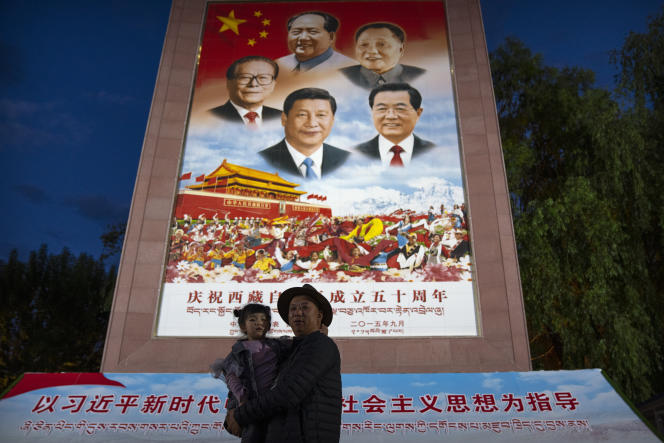 Devant une fresque murale en l'honneur des dirigeants chinois, dont l'actuel présidentXi Jinping, à Lhassa (Tibet), le 1er juin 2021.