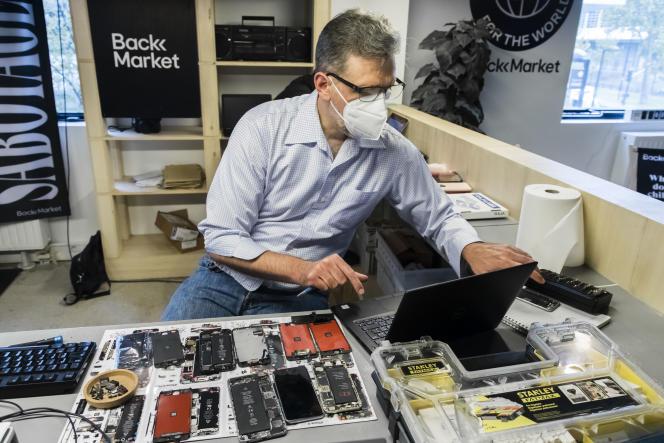 Dans un atelier de l'entreprise Back Market, spécialisée dans le reconditionnement d'appareil électroniques, à Paris, en octobre 2020.