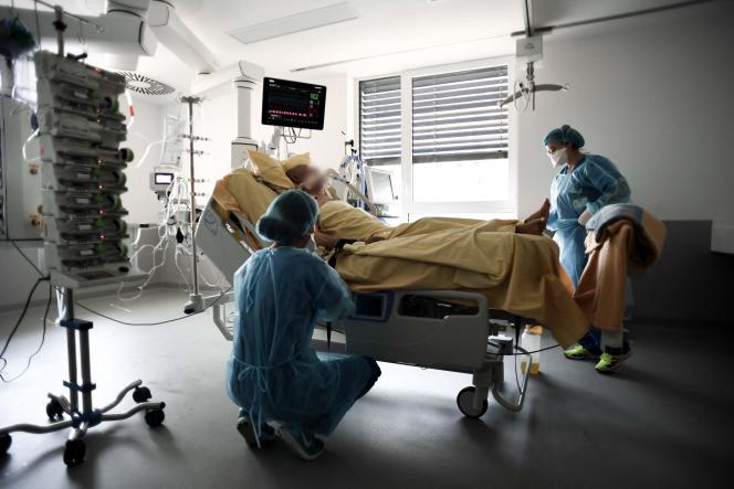 Un patient atteint du Covid-19 en soins intensifs à l'hôpital Henri-Mondor de Créteil, dans le Val-de-Marne, le 22 juillet 2021.