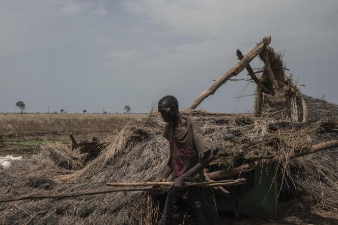 Un agriculteur reconstruit une petite maison sur ses terres, après qu'elle a été détruite par la pluie et le vent, près d'Al Damazin, dans l'Etat du Nil Bleu, au Soudan, le 21 juin 2021.