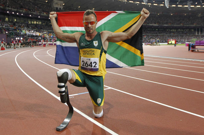 Le coureur sud-africain Oscar Pistorius après avoir remporté l'or, lors de la finale du 400 mètres aux Jeux paralympiques de Londres, le 8 septembre 2012.