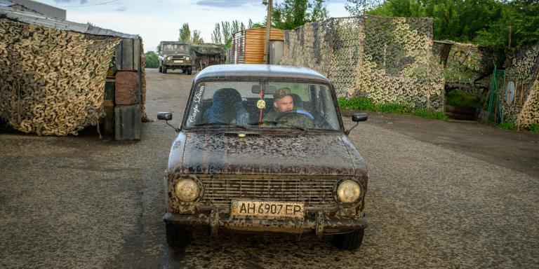 Le lieutenant ukrainien, Oleg Tkatchouk, 26 ans, dans une voiture Lada au point de passage de Mayorsk contrôlé par les forces ukrainiennes. Route T0153 allant de Bahmut à Horlivka. Oleg est commandant d'unité à l'état-major de Mayorsk et a combattu auparavant à l'aéroport de Donetsk.  Donbass. Ukraine.   Ukrainian Lieutenant Oleg Tkachuk, 26, in a Lada car at the Mayorsk crossing point controlled by Ukrainian forces. Road T0153 from Bahmut to Horlivka. Oleg is a unit commander at the Mayorsk headquarters and previously fought at the Donetsk airport.  Donbass. Ukraine.