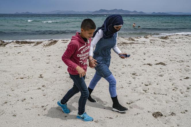 Des réfugiés syriens sur la plage de Tigaki de l'île de Kos, en Grèce, le 8 mai 2021.