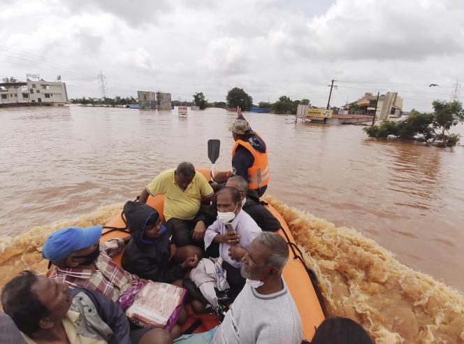 Des personnes bloquées par les eaux de crue sont secourues à Kolhapur, dans l'ouest de l'Etat du Maharashtra, en Inde, le samedi 24 juillet 2021. Selon les autorités, les glissements de terrain et les inondations provoqués par les fortes pluies de mousson ont tué plus de 100 personnes dans l'ouest de l'Inde. Plus de 1 000 personnes piégées par les eaux de crue ont été secourues. (Photo AP)