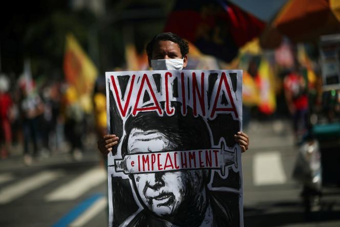 Un manifestant dénonce la gestion de la pandémie de Covid-19 par le président Jair Bolsonaro, à Rio de Janeiro, au Brésil, le 24 juillet 2021.