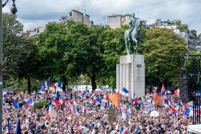 Une manifestation contre l'instauration du passe sanitaire, samedi 24 juillet place du Trocadéro, à Paris, à l'appel de Florian Philippot.