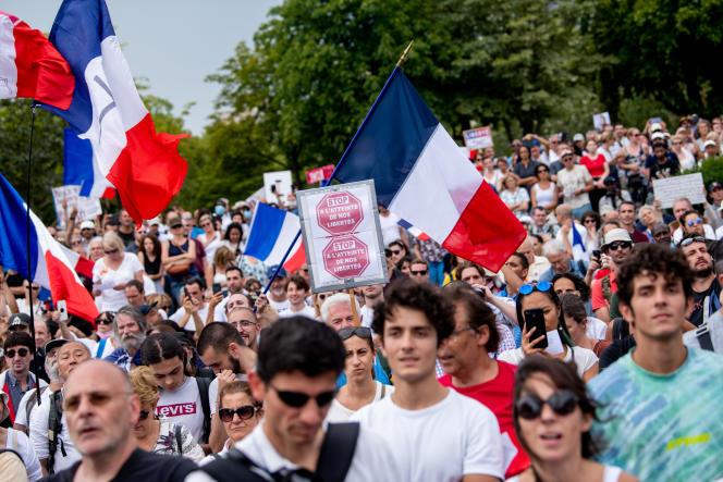 Plusieurs milliers de personnes hostiles au passe sanitaire se sont rassemblées place du Trocadéro, à Paris, le 24 juillet 2021.