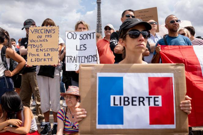 Lors de la manifestation contre l'instauration d'un passe sanitaire, à Paris, le 24 juillet 2021.