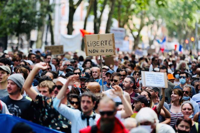 Des manifestants brandissent des pancartes réclamant la« liberté» contre la mise en œuvre du passe sanitaire et de l'obligation vaccinale pour les soignants, à Toulouse, samedi 24 juillet.