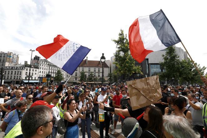 Des manifestants sur la place de la Bastille, à Paris, samedi 24 juillet 2021.