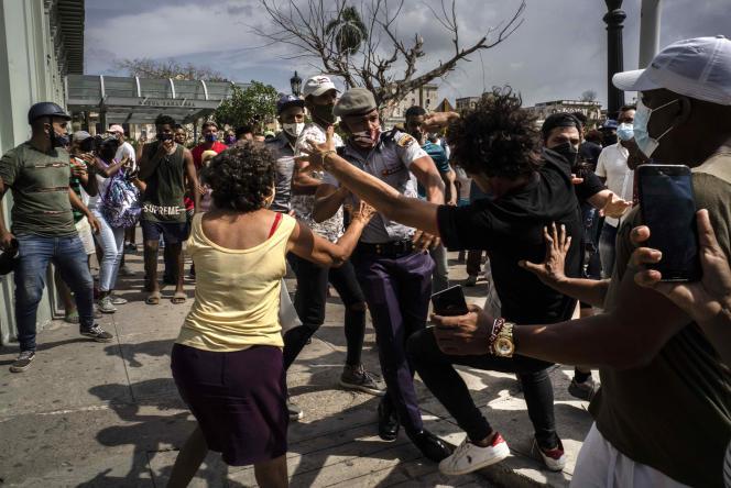 Affrontement entre policiers et manifestants, à La Havane, le 11 juillet 2021.