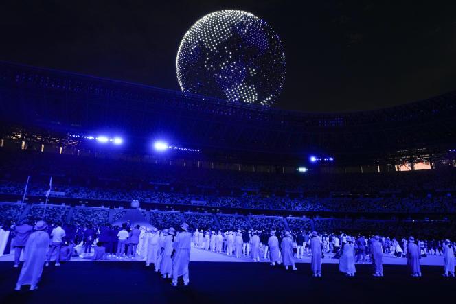 Démonstration de drones au-dessus du stade olympique des Jeux olympiques d'été de 2020, le 23 juillet 2021, à Tokyo, au Japon.