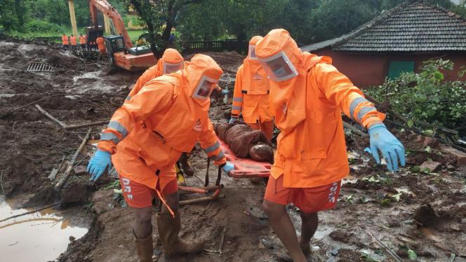 Le personnel de la National Disaster Response Force récupérant le corps d'une victime de glissement de terrain à Ratnagiri, dans l'Etat indien occidental de Maharashtra, dimanche 25 juillet 2021.