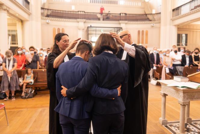 Les pasteures proposantes Emeline Daudé et Agnès Kauffmann, lors de la bénédiction de leur mariage, à Montpellier (Hérault), le 24 juillet 2021.